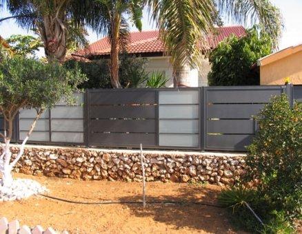 גדרות לחצר בשילוב זכוכית