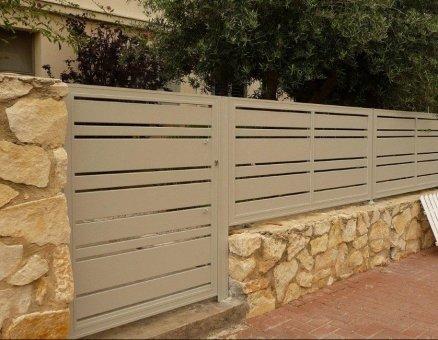 גדר אפורה לבית