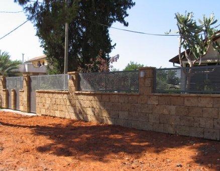 גדר בבית פרטי