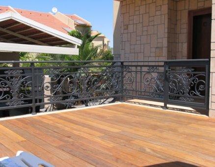 גדר במרפסת
