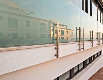 גדר זכוכית ואלומיניום