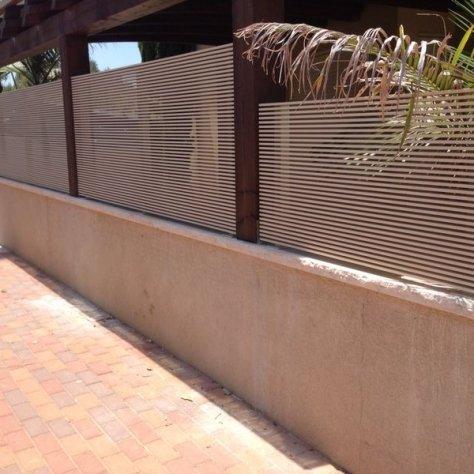 גדר לבנה רצועות בנייה פרטית