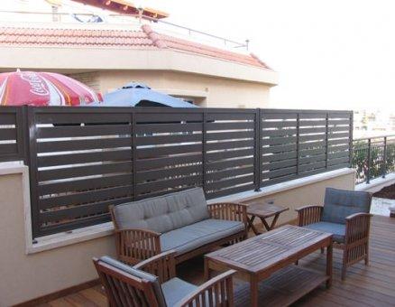 גדר לפינת ישיבה במרפסת