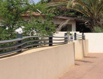 גדר מאלומיניום על גדר אבן