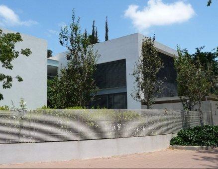 גדר מסביב לבית