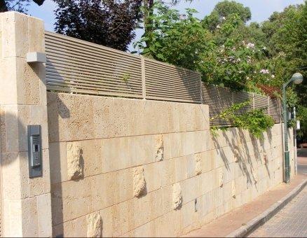 גדר מעוצבת על אבן