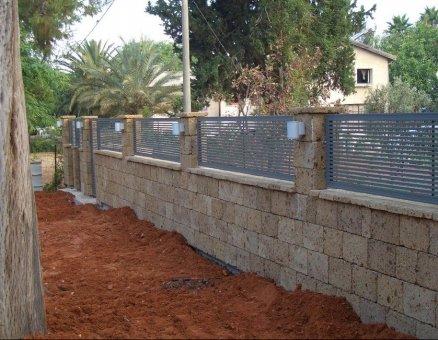 גדר על מעקה אבן