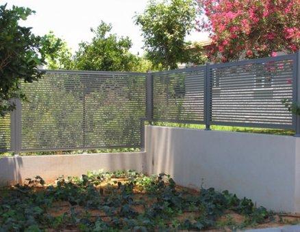 גדר רצועות בחצר
