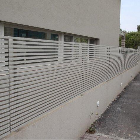 גדר רצועות לבנה בית פרטי