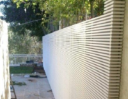 גדר רצועות לבנה