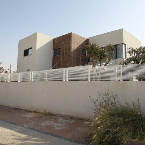 גדר של בתים פרטיים