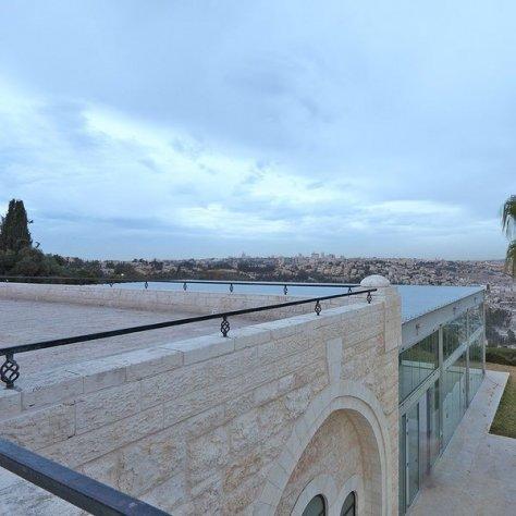 התקנת מעקות בארמון הנציב בירושלים