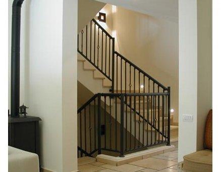 מעקה מדרגות כהה