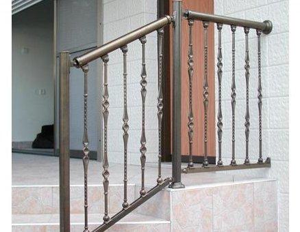 מעקה ברונזה לבטיחות במדרגות