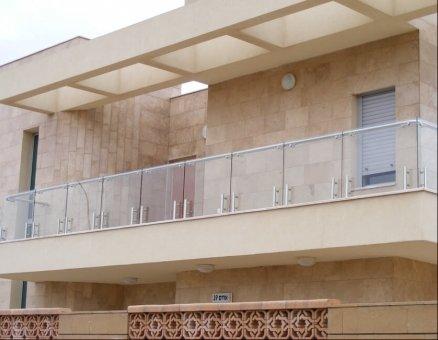 מעקה זכוכית במרפסת