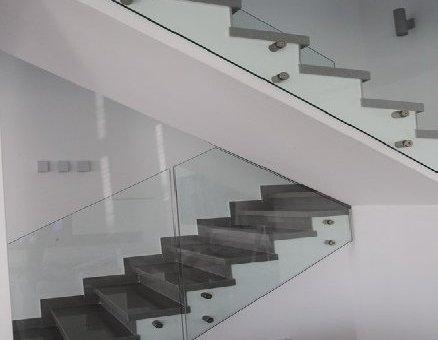 מעקה זכוכית בשיפוע