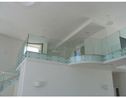 מעקה זכוכית למדרגות בניין