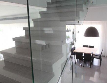 מעקה זכוכית למדרגות קו ישר