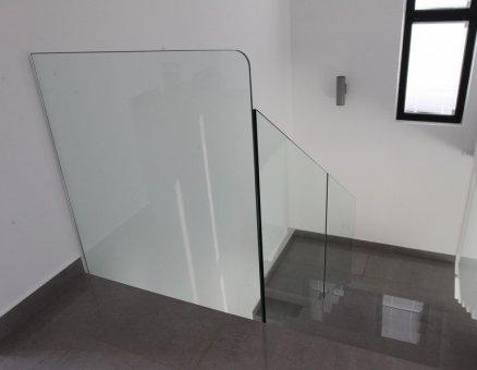 מעקה זכוכית עם קיר ביטחון