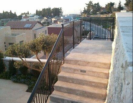 מעקה מדרגות אלומיניום