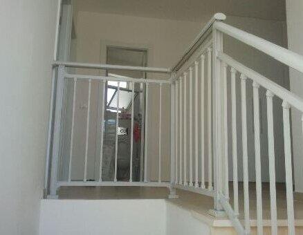 מעקה מדרגות בצבע לבן