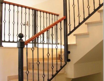 מעקה מדרגות בשילוב קורות עץ