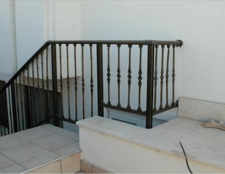מעקה מסדרת בר לבטיחות במדרגות