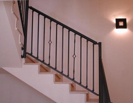 מעקה של סנפיר לעליה בטוחה במדרגות