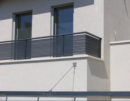 סנפיר-מעקה שחור למרפסת