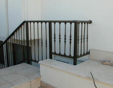 סנפיר-מעקות בטיחותיים במדרגות