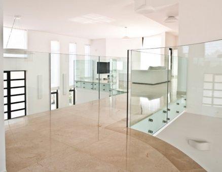 סנפיר-מעקות זכוכית