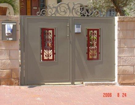סנפיר-שער כניסה עיטור אדום