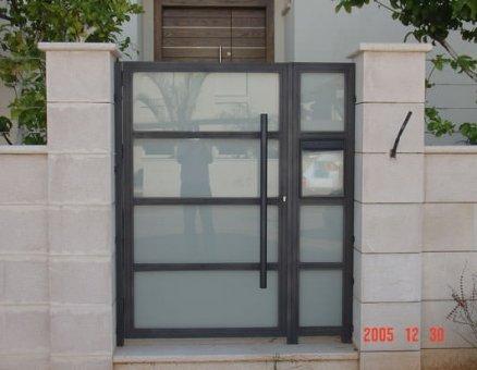 שער זכוכית לכניסה לבית-סנפיר