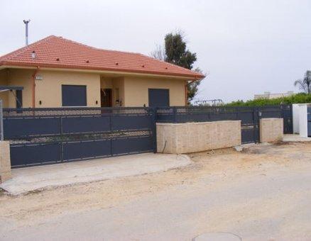 שער חשמלי אטום לאורך הבית