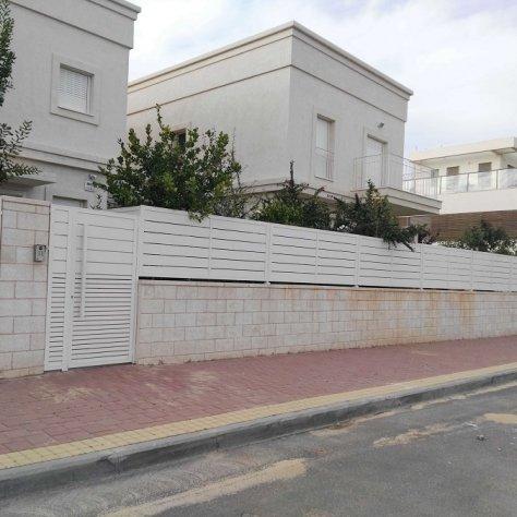 שער כניסה וגדרות אלומיניום מבית סנפיר בפרדסיה