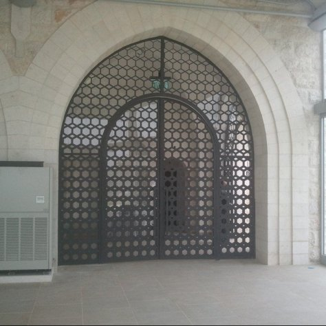 שער כניסה מעוטר