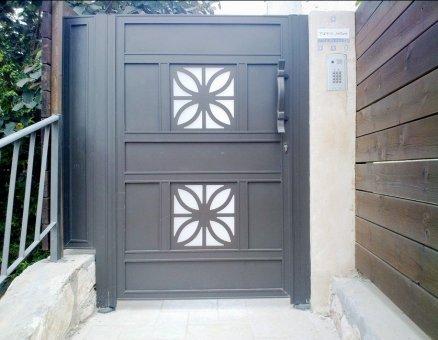שער כניסה מעוצב ומעוטר-סנפיר