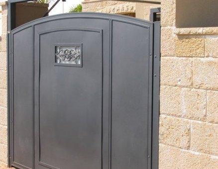 שער מעוטר מבית סנפיר