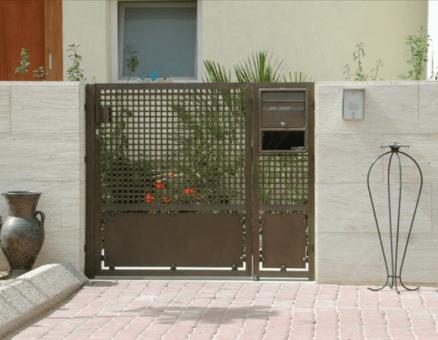 שער רשת בכניסה לבית