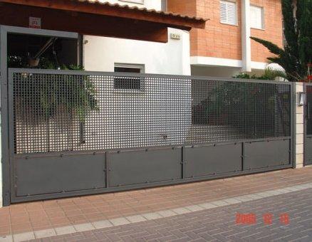 שער רשת לאורך הבית