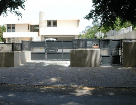 שער רשת-שערים חשמליים לאורך הבית